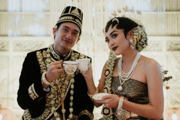 Kemarin, Adipati Dolken menikah sampai Ariana Grande tunangan