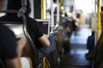 "Jenis teknologi dan fitur yang diminati ""savvy commuters"" Jakarta"