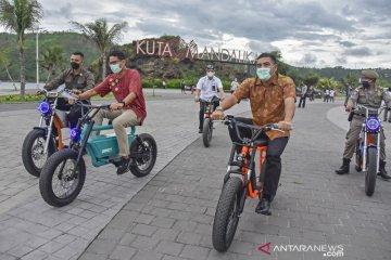Naik sepeda listrik, Sandiaga Uno tinjau Mandalika yang akan jadi tuan rumah MotoGP