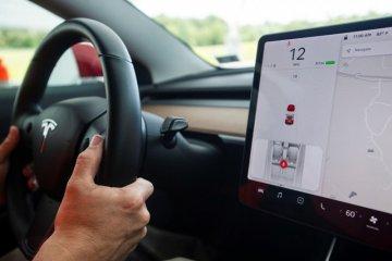 Tesla tarik 134.951 mobil gara-gara kerusakan fitur layar sentuh