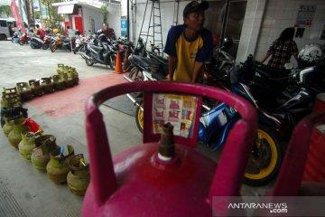 Antrean pembeli gas Elpiji tiga kilogram