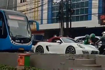 Polda Metro tangkap pengemudi Porsche putih terobos jalur TransJakarta