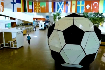 Ada bola sepak raksasa di Eropa