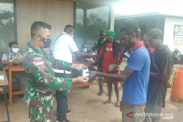 Satgas TNI bagi masker untuk warga perbatasan cegah COVID-19