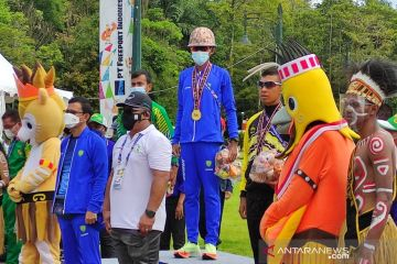 Freeport hadiahi helm tembaga ke peraih emas marathon dan jalan cepat