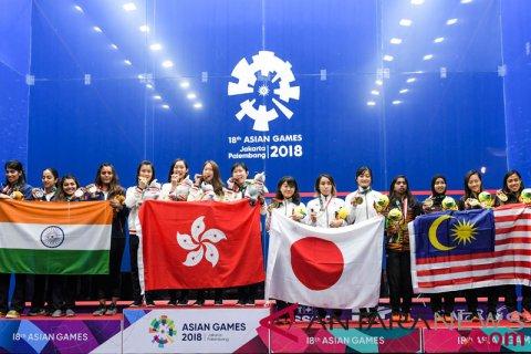 Squash Beregu Putri Menerima Medali