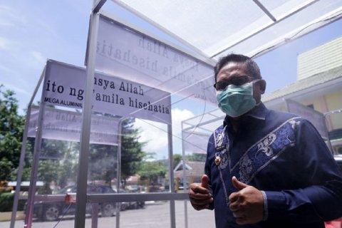 Foto - Wali Kota Gorontalo memanfaatkan bilik disinfektan guna cegah COVID-19