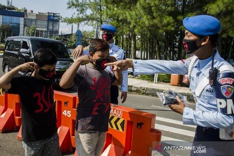 Pembagian masker di Bandung