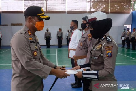 Kapolres Tanjungbalai beri penghargaan kepada tiga personil berprestasi