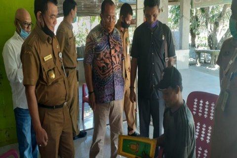 Wakil Ketua DPRD Langkat Antoni Ginting serahkan administrasi kependudukan