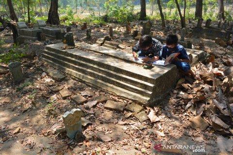 Pelajar Jombang Belajar di Makam