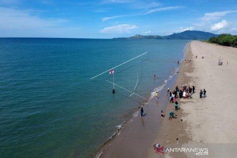 Foto - Pantai Minanga Atinggola ramai dikunjungi warga