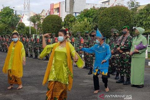 Penari dilengkapi masker edukasi protokol kesehatan