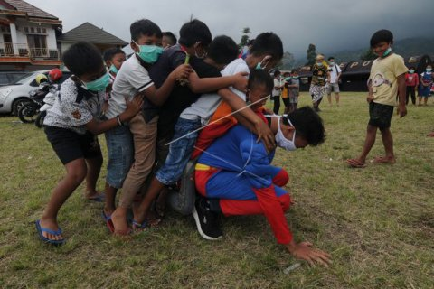 Super Hero Menghibur Anak di Pengungsian Merapi