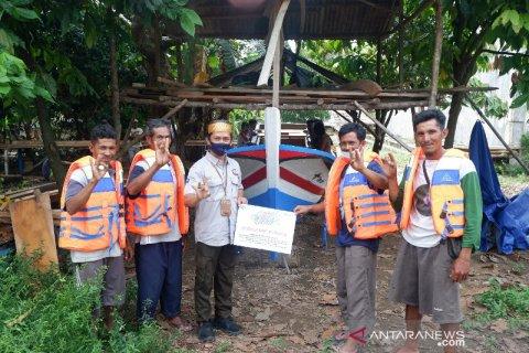 Bantu Petani Kota Kapur Tingkatkan Produksi Lidi Nipah, PT Timah Serahkan Satu Unit Perahu
