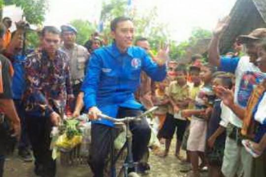 Ibas Naik Sepeda Ontel Kunjungi Konstituen di Desa Dero