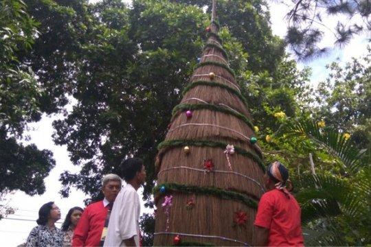 GKJ Purwokerto Membuat Pohon Natal Sapu Lidi