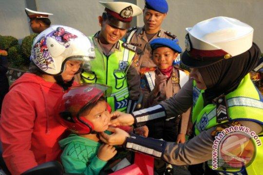 Polantas Bangka Barat Bagikan Coklat dan Helm
