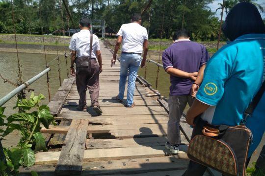 Jembatan Belolaut Muntok bergeser akibat banjir
