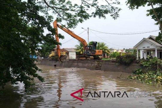 Cegah banjir, DPUPR Pangkalpinang keruk alur Sungai Rangkui (Video)