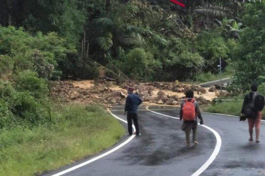 Ratusan warga tertimbun akibat banjir-longsor di Flores Timur