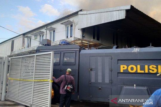 Polres Pangkalpinang kerahkan tujuh unit mobil damkar padamkan gudang wings