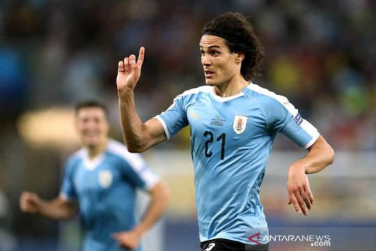 Cavani antar Uruguay tundukkan Chile dan jawarai Grup C