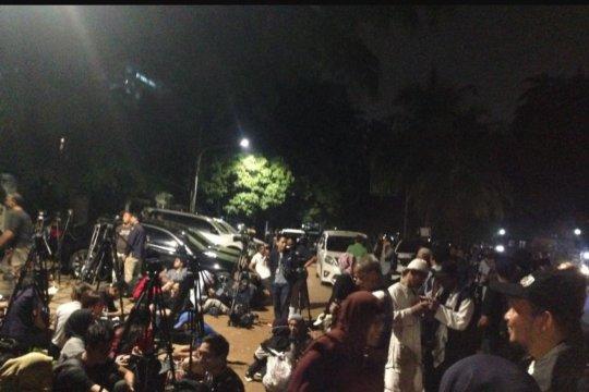 Para pendukung Prabowo-Sandi mulai penuhi Jalan Kertanegara
