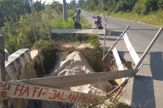 Ruas jalan di Kabupaten Bangka Tengah ambrol tergerus air