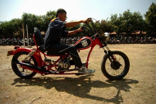 Sepeda motor berbahan limbah besi Page 1 Small