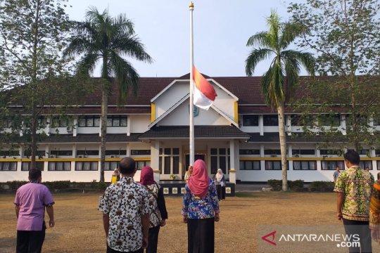 Pemerintah Kabupaten  Belitung kibarkan bendera setengah tiang untuk BJ Habibie