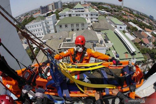 Simulasi penyelamatan korban kebakaran
