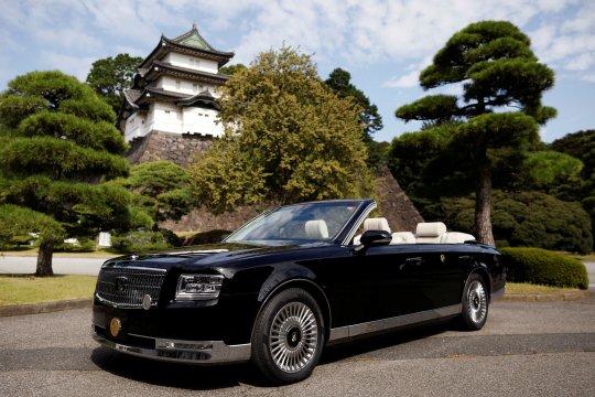 Mobil konvertibel untuk penobatan Kaisar Jepang