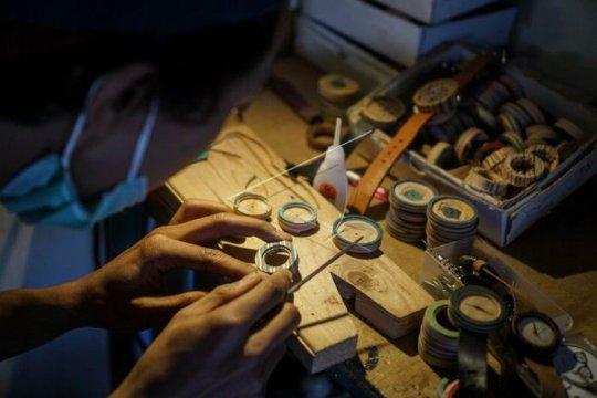 Produksi jam tangan berbahan limbah kayu Page 2 Small