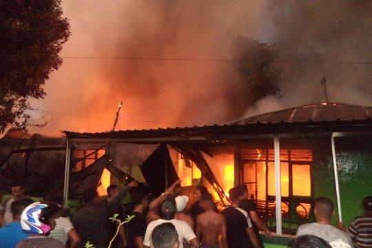 Tujuh rumdin TNI AD ludes terbakar, diduga akibat tersambar petir