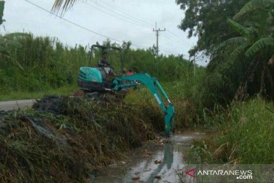 Pemdes Rias Bangka Selatan normalisasi aliran irigasi cegah persawahan banjir