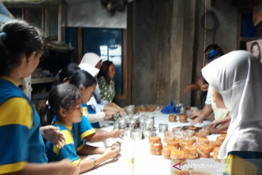 Kue keranjang buatan puluhan siswa SD Surakarta