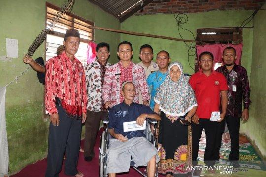Wabup Bangka salurkan bantuan kursi roda