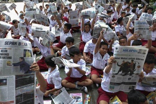 Aksi membaca koran bersama Page 1 Small