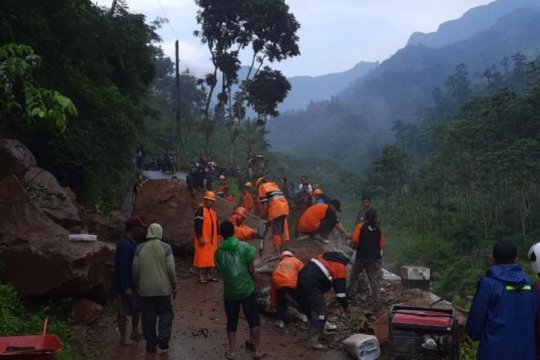 Tanah longsor tutup akses jalan desa di Rahtawu Kudus