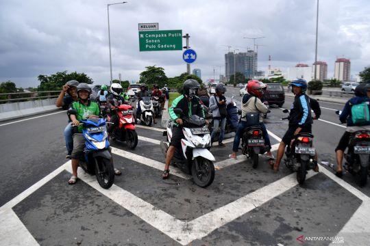 Pengendara sepeda motor masuk ke jalan tol