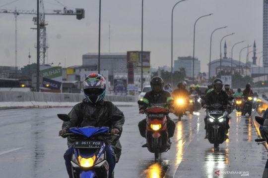 Banjir Jakarta, pengendara motor gunakan tol Becakayu
