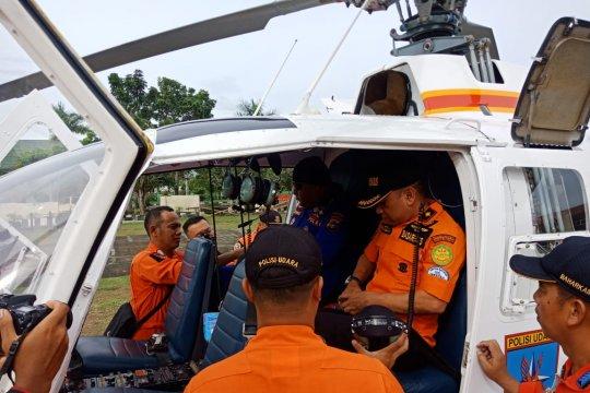 Helikopter Bo 105 milik Polda Babel diturunkan melakukan pencairan nelayan hilang