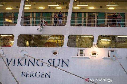 Kapal pesiar Viking Sun sandar sejenak di Semarang