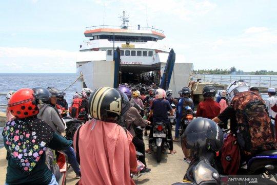 Penumpang kapal pulau terluar membludak