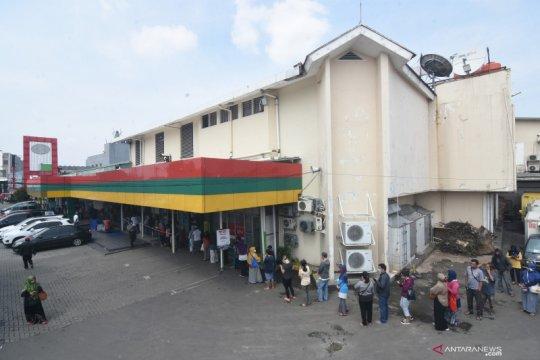 Pembatasan pengunjung supermarket di Depok