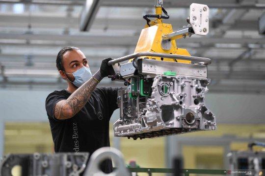 Pabrik Mercedes-Benz tetap berproduksi di tengah pandemi COVID-19