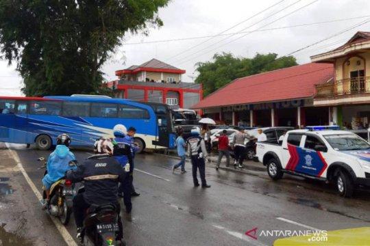 Sebanyak 101 TKI dari Malaysia dilarang masuk Bukittinggi karena PSBB