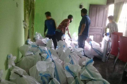 Polsek Pemali Bangka bagikan 58 paket sembako