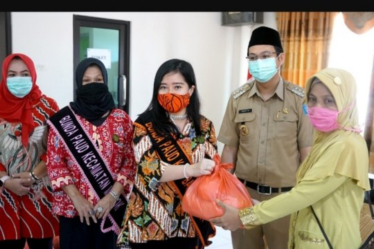 Bupati Bangka Barat salurkan bantuan paket sembako kepada guru honorer